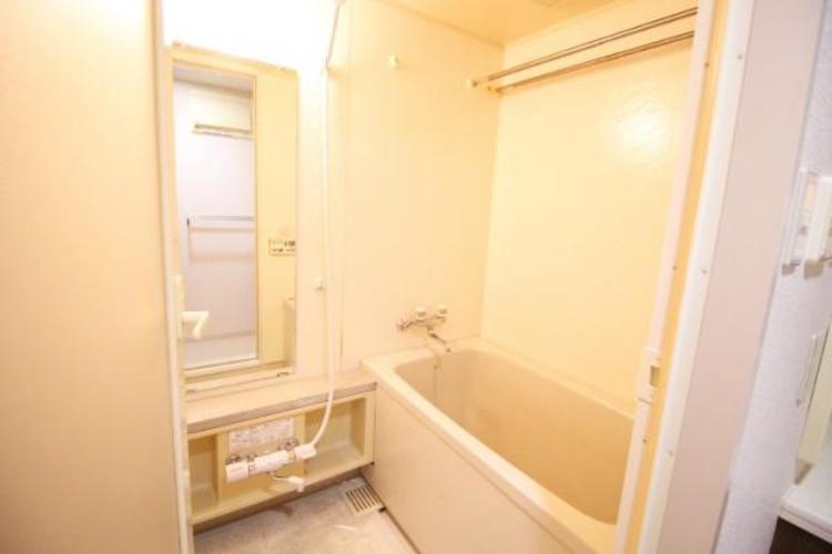お風呂は、雨の日でも干せる浴室乾燥機と物干し付き。主婦には助かるアイテム。