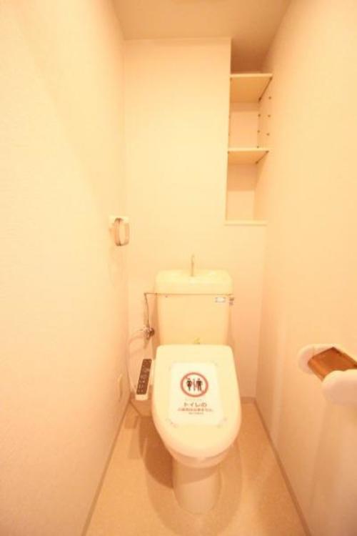 トイレには収納棚有。収納ケースなどを使うと、綺麗にスッキリ収納できます。