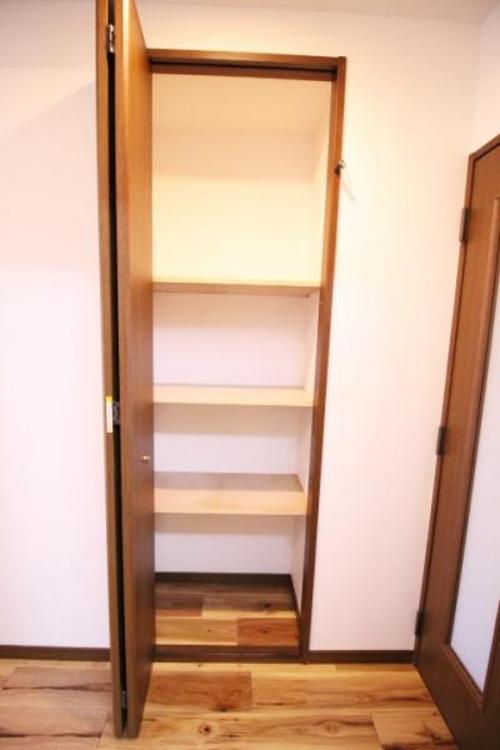 リビングダイニングと廊下の間にある収納。掃除道具や、衣類など何にでも使えます。