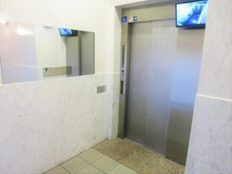 エレベーターには防犯カメラが完備。