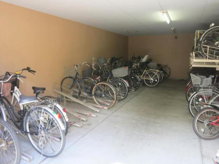 駐輪場は屋根付きで雨の日も快適。