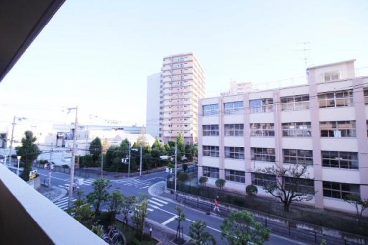 バルコニーからは目の前に加賀屋東小学校。お子さんの登校、下校も見守れます。