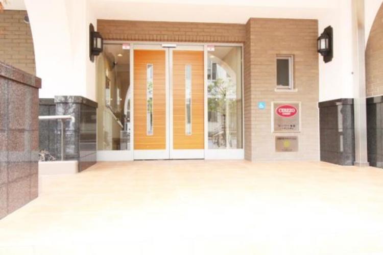清潔感とどっしりとした建物玄関。入口にはスロープもあり、バリアフリーです。