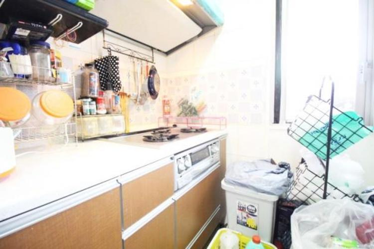 煙や匂い対策に窓が開いて換気しやすいキッチン。煙やにおい対策もばっちり。