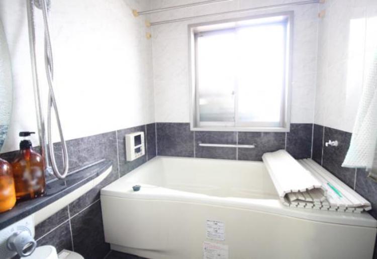 窓や浴室乾燥機付きの快適な浴室。