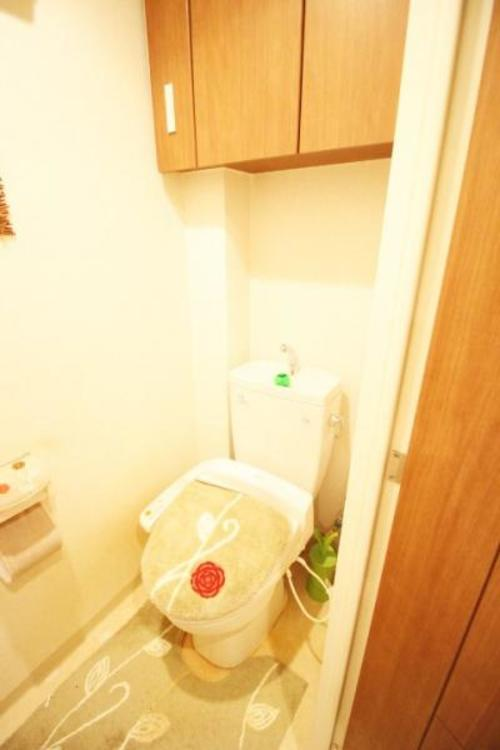 収納棚にトイレ用品を収納できます。温水洗浄便座のトイレ。