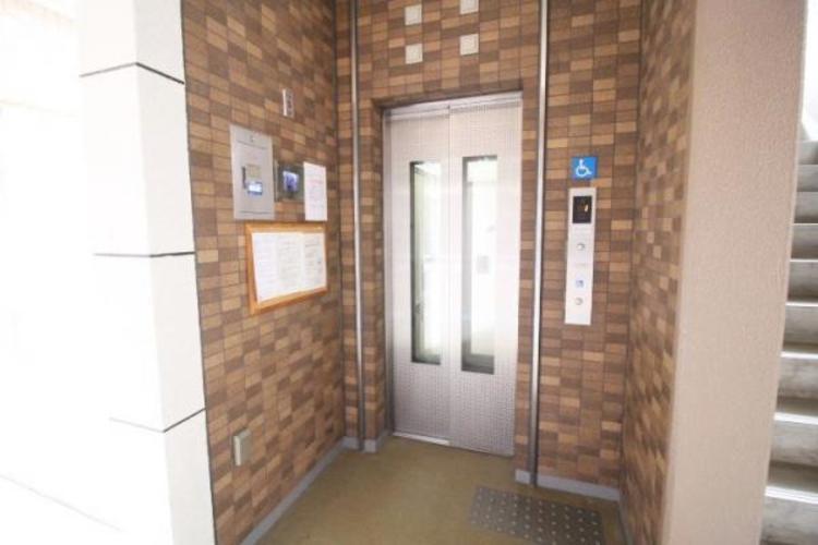 エレベーターにはモニター付きで住民同士も安心