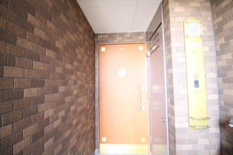 専用ポーチ付きの住居玄関。南西の角部屋です。
