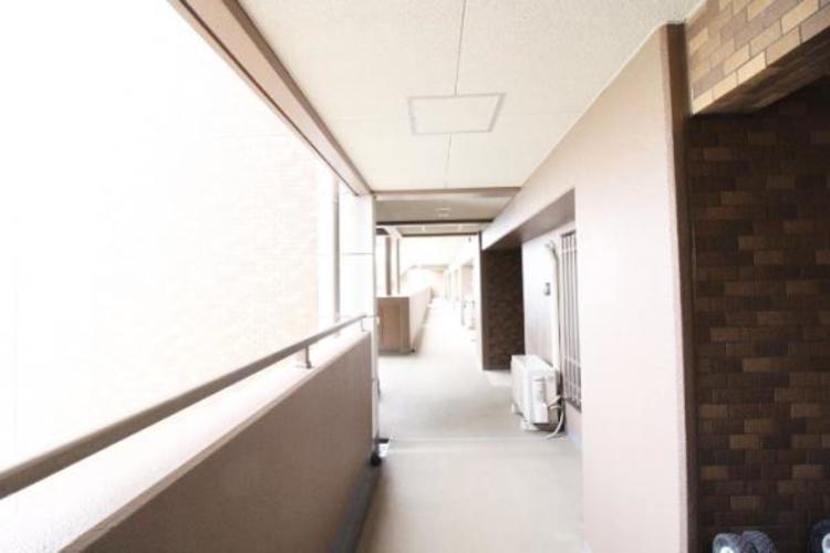 綺麗な共有廊下。南西角部屋4LDK、敷地の角地です。