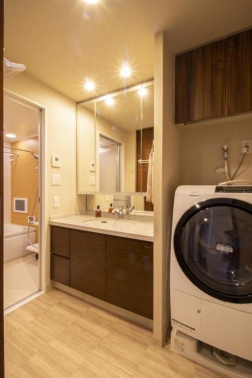 ブラウンとベージュが素敵な洗面室