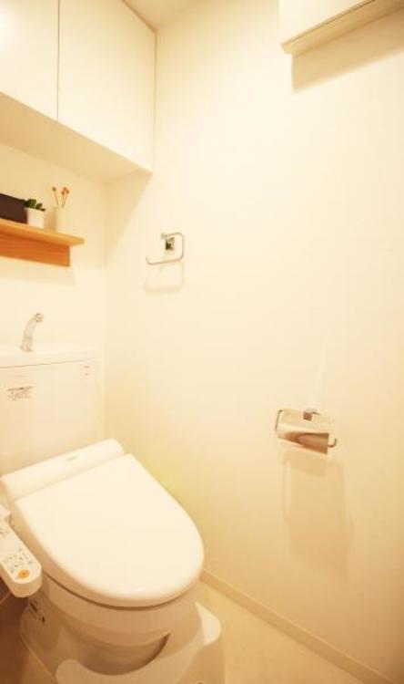 収納棚つきで、トイレ内の小物も綺麗に収納