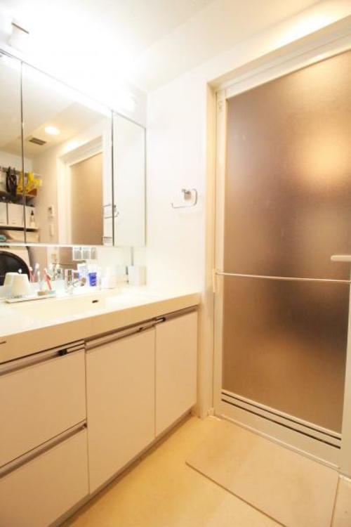 三面鏡の後ろにも収納がある洗面台。朝晩のお手入れもしやすい広さ