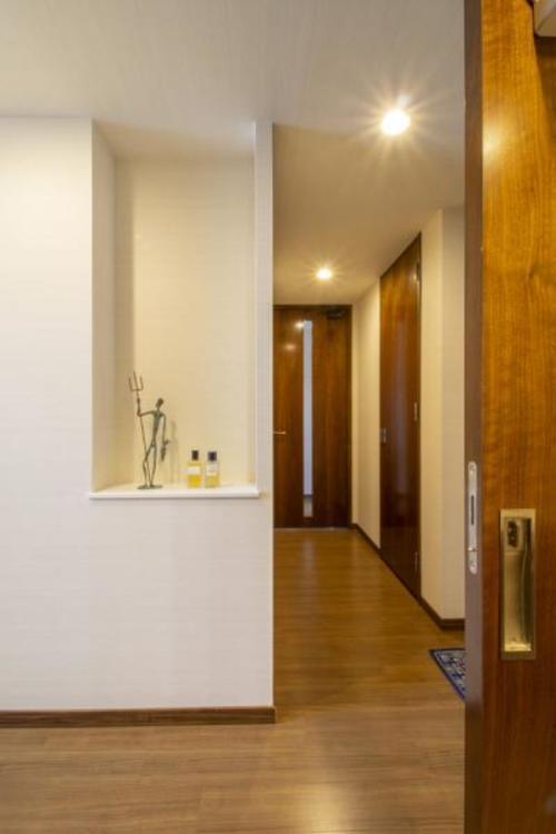 洗面室から廊下を見た雰囲気です