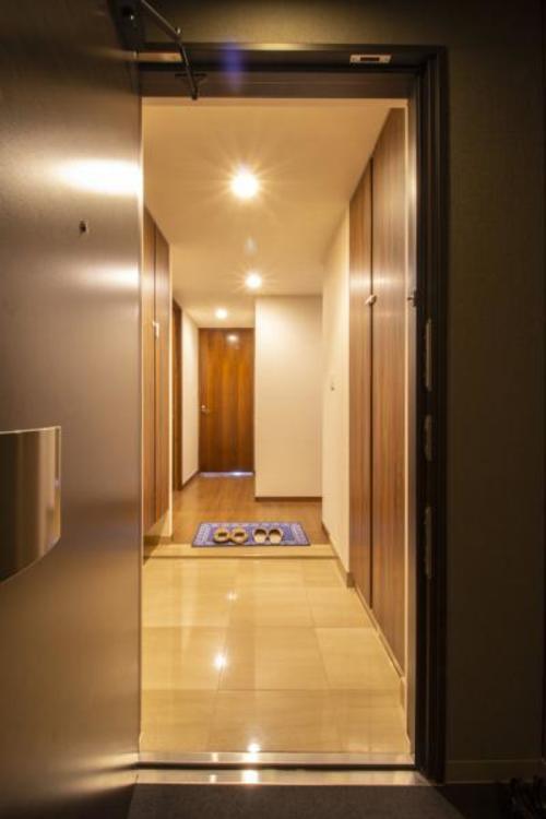 段差が小さくシニアやお子様に優しい設計の玄関