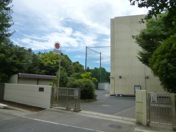 横浜市立美しが丘中学校 距離約1700m