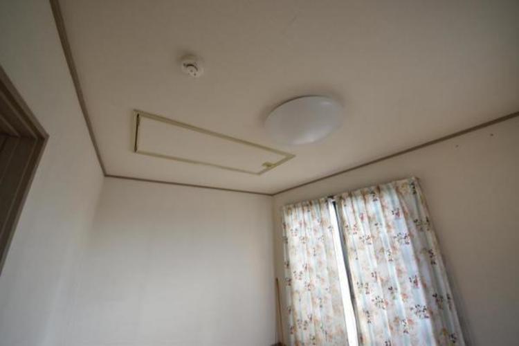 二階の洋室6.0帖にはグルニエ有