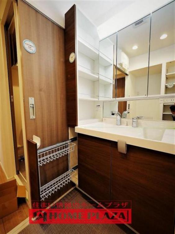 高級感漂う洗面台です。鏡が大きく、収納もたっぷりです。