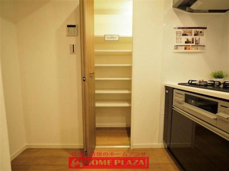 キッチンにはパントリーがあるので、キッチンペーパーやストック品・乾物等々収納出来るから便利。