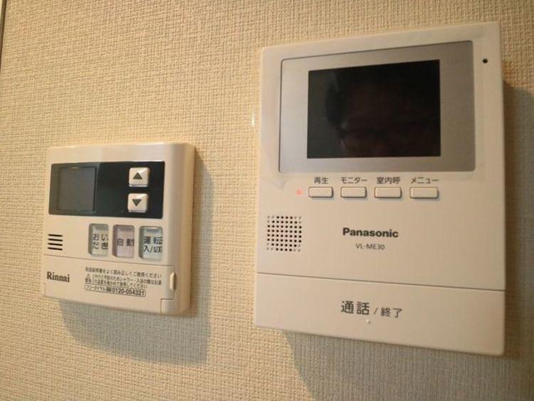 受話器を持たずに、来訪者と通話ができ、モニターで姿が確かめられるインターホンを採用しました。暮らしの安心感を一層高めます。