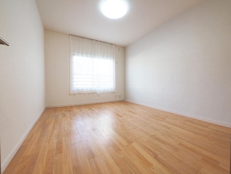 採光もある洋室は、くつろぎのひと時を過ごすのにぴったり