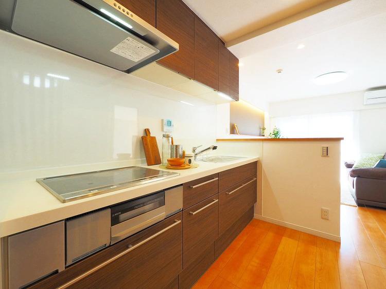 ブラウン色のキッチンで、ご家族みんなで楽しくお料理も○