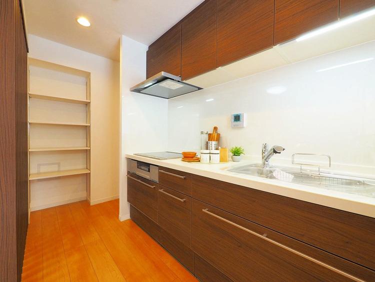 キッチンには収納棚付き、片付けにくいキッチン周りに嬉しい収納スペース