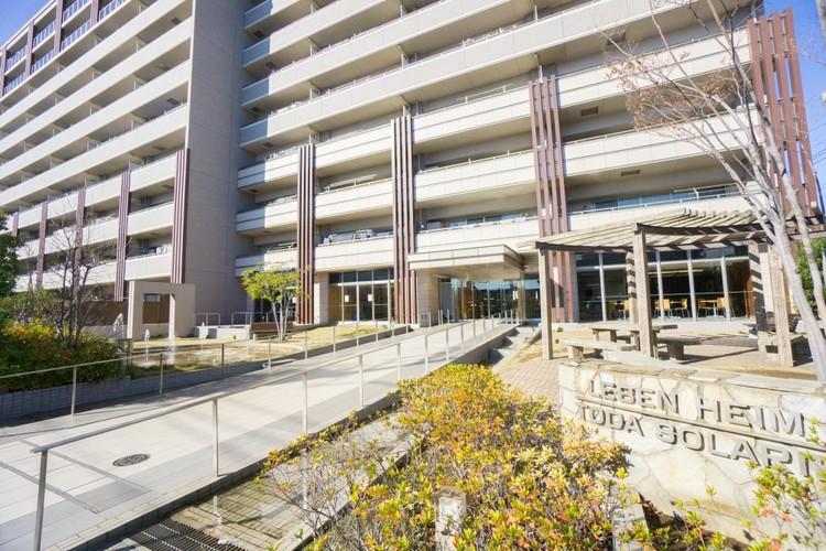 <エントランス>水と緑の自主管理公園です。エントランスロビー、集会室、キッズコーナー、ラウンジなど共用施設が充実したマンション。最上階にはゲストの宿泊も可能なゲストルームを完備。