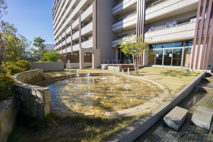 <噴水の公園>キッズコーナーやウッドデッキと接する噴水。自転車で8分程度の場所にはアウトドアを満喫できる「彩湖道満グリーンパーク」があります。自然の潤いを身近で感じられる場所です。
