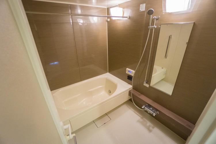 1620サイズのゆったり広々とした浴室です。浴室暖房換気乾燥機が標準装備されています。雨天の洗濯乾燥や冬季のヒートショックにも効果的です。