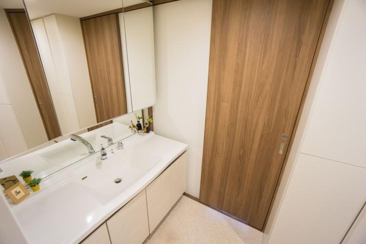 三面鏡裏収納やリネン庫など収納量の多いランドリールーム。ボウル一体型の洗面台は汚れにくく隅々まで拭けるので、水垢が残りにくい構造です。洗面下収納も大容量です。