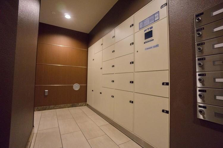 <宅配BOX>不在時に荷物の受け取りが可能な宅配BOXを1階エントランス横に設置しています。荷物の取り出しは24時間可能です。