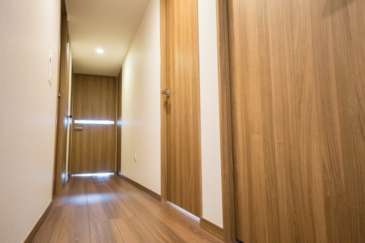 室内において、シックハウス対策が講じられています。壁紙や建材にホルムアルデヒトの発生が少ない等級のものが使用されています。