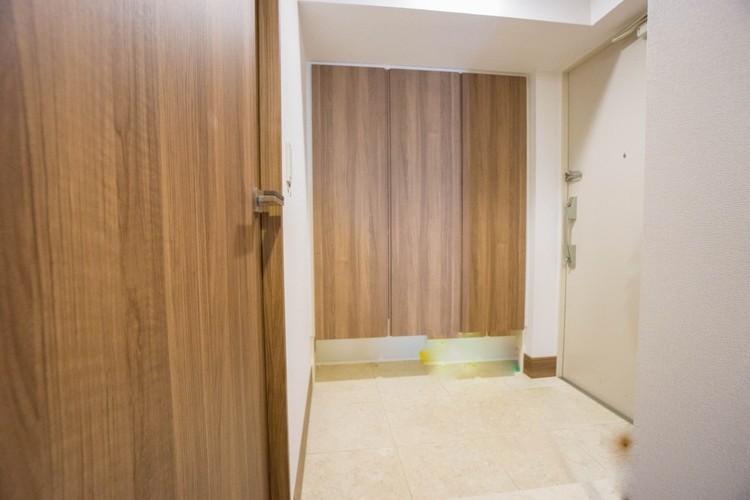 安全性に配慮した段差の上がり框と玄関床はタイルを使用。ステンレスの玄関下枠を採用、錆びにくくお手入れも簡単に行えます。大きな玄関収納、姿見も設置されています。