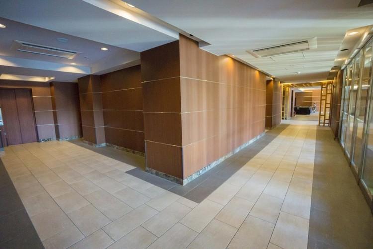 <マンション共用廊下>1Fにはキッズルーム、ラウンジ、キッチンスタジオなどがこの部分と繋がっています。メインエントランスから各戸へここを通って行きます。