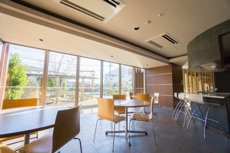<キッチンスタジオ>カウンタースタイルのキッチンスタジオ。大きな窓から広がる空間を感じながら、お料理やお食事を楽しめます。会議やお料理教室などの催しものなど、用途に合わせて利用可能です。