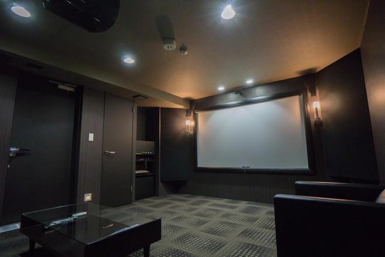 <シアタールーム>本格的な音響と映像システムを備えたシアタールーム。臨場感ある空間で楽しめる時間は、家族や知人との大事な一時となることでしょう。