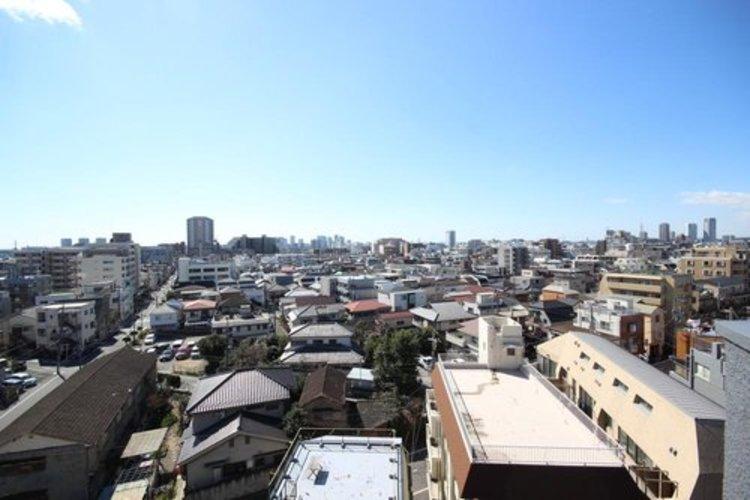 高層階で陽当たり・通風・開放感・眺望に恵まれた環境です。周辺は高い建物がなく青い空が遠くまで広がります。