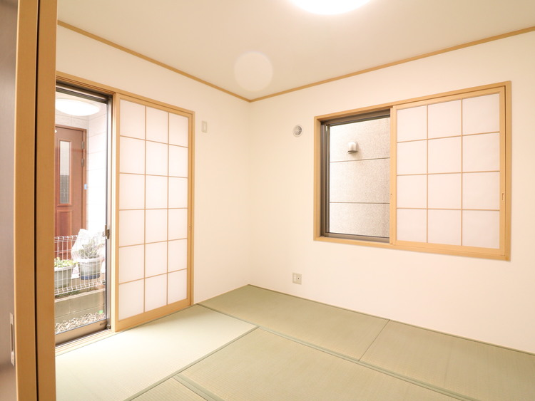 タタミも交換されたきれいな和室です。リビング14帖と一体利用できます。