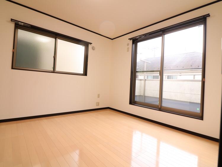 各居室は2面採光です。床もピカピカです。