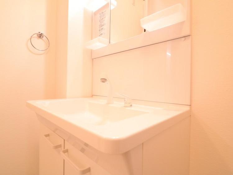 新品の洗面台です。機能的な三面鏡で収納力が高いです。