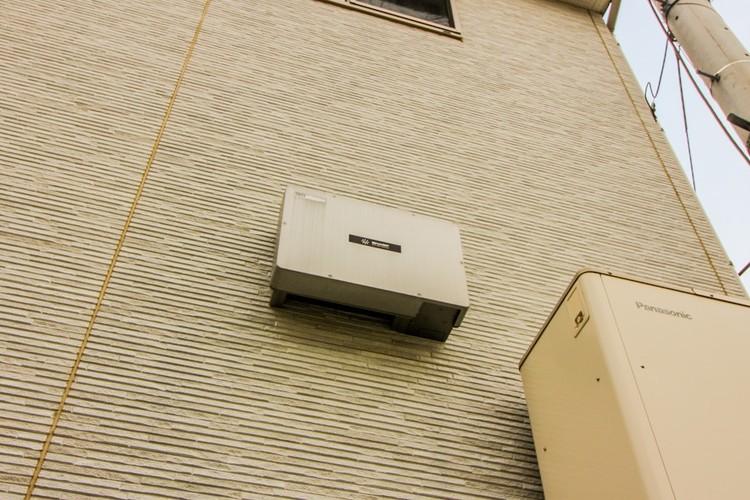 【太陽光発電システム搭載】太陽光発電とは、専用のソーラーパネルを使って太陽の光エネルギーを電気エネルギーに変換して発電するシステムです。上手く活用することで光熱費を抑えることができます。
