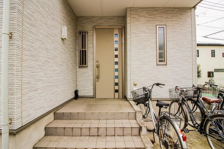 【玄関アプローチ】玄関と玄関アプローチは家の第一印象といえます。外観デザインの印象を高める重要な箇所です。お客さまを素敵にお迎えする場。それが玄関です。