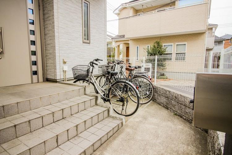 【駐輪スペース】駐輪スペースの確保は、意外と困ります。特に子供が2人、3人といて、さらにお母さんも自転車に乗ると、それだけで自転車は3台から4台。車1台分のスペースが実は必要です。