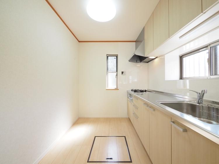 ホワイトを基調としたシステムキッチン。新しいキッチンでお料理が楽しくなりそうですね♪