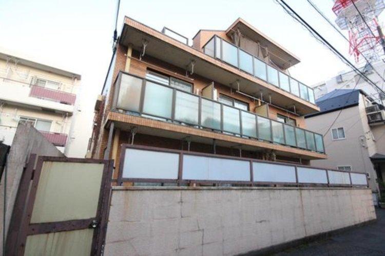 東横線「学芸大学」駅徒歩6分の利便性優れるエリア。かつての文教都市としての名残を残す、街並みに佇むヴィンテージマンション。