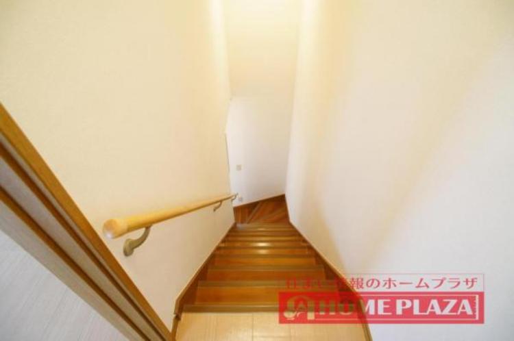 階段には手すりが付いていて安全面も考慮されております!