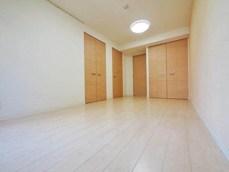 優しい色合いのフローリング張られた約8.4帖の洋室