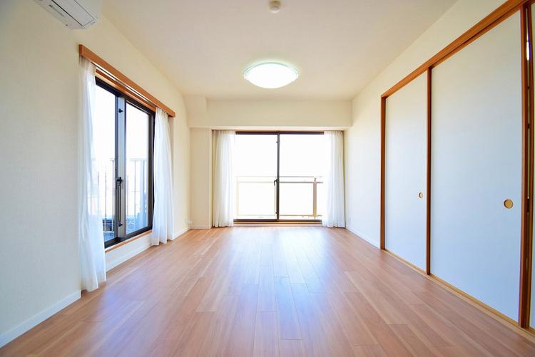 広がりのあるリビングは床暖房付きで自然と家族の集まる空間に