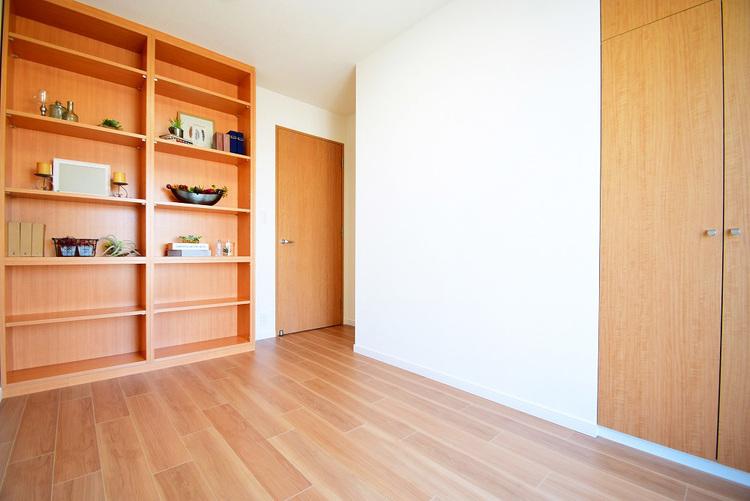 5.6帖 洋室 備え付けの棚が素敵です