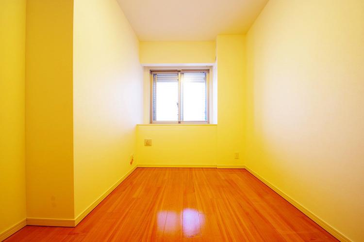 暖かい陽射しがさしこむ約5.1帖の洋室